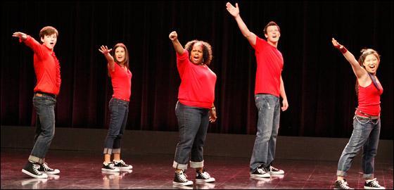 Quelle chanson les membres du Glee Club interprètent-ils sur la photo ci-contre ?