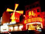 Combien de danseuses composent la revue du Moulin Rouge ?