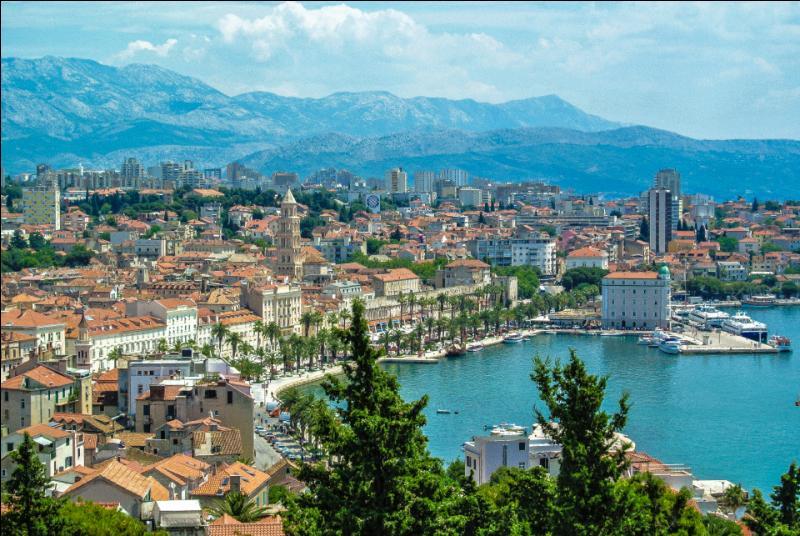 La ville de Split (160 000 habitants) possède un immense patrimoine culturel, et abrite notamment le palais de l'Empereur romain Dioclétien, l'un des monuments antiques les mieux préservés. Dans quel pays du Sud de l'Europe est-elle localisée ?