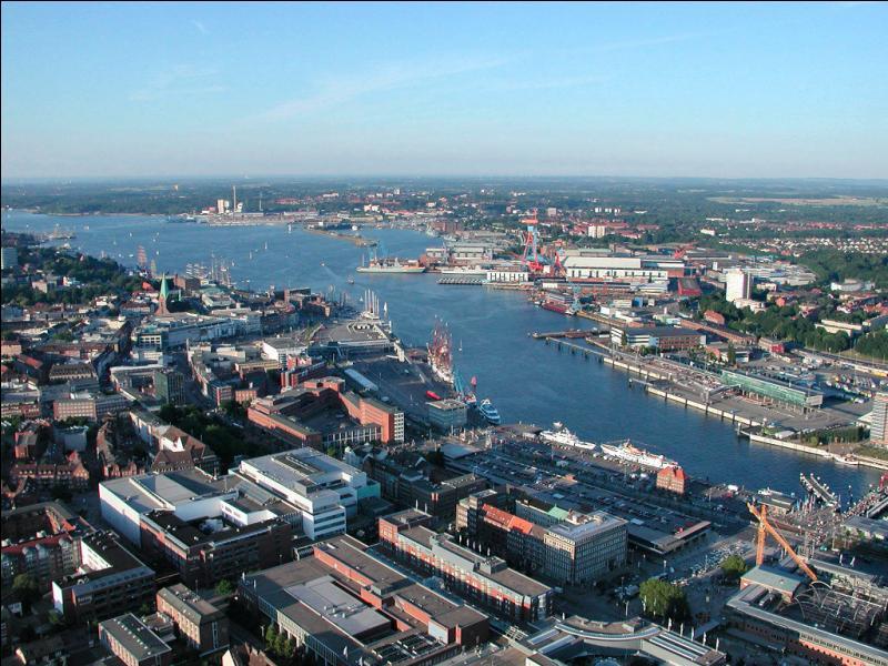Où se trouve la ville de Kiel (240 000 habitants), point de passage commercial extrêmement stratégique ?