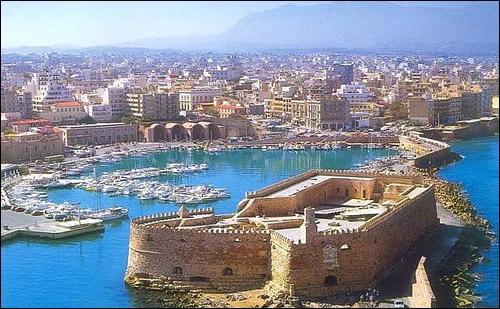 Où est située Héraklion (140 000 habitants), l'ancienne cité de Candie ?