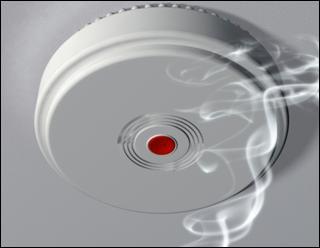 En France, quelle loi prône l'installation obligatoire d'au moins un détecteur de fumée dans les logements, au plus tard le 08 mars 2015 ?