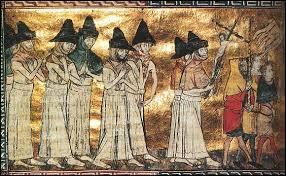 L'église est discréditée à cause de son impuissance. Des cultes violents et macabres font leur apparition. Quel groupe dissident catholique fait des processions de ville en ville, implorant Dieu à expier les péchés des humains ?