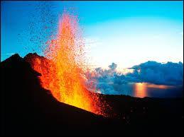 Comment s'appelle le volcan encore actif de l'île ?
