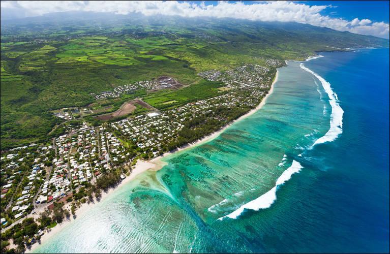Quelle est la phrase que l'on peut entendre et apercevoir partout sur l'île ?