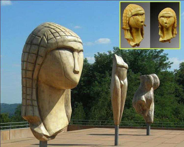 La Dame à la capuche, taillée dans de l'ivoire de mammouth, date de plus de 20000 ans avant J-C. Elle est également connue sous le nom du village des Landes où elle fut découverte dans une grotte en 1894 ...