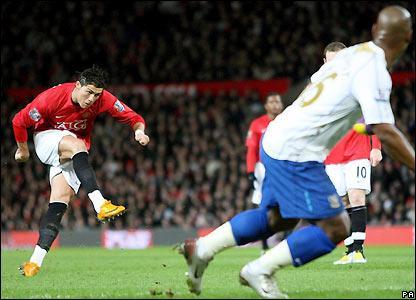 Contre quelle équipe a-t-il inscrit son premier but avec Manchester United ?