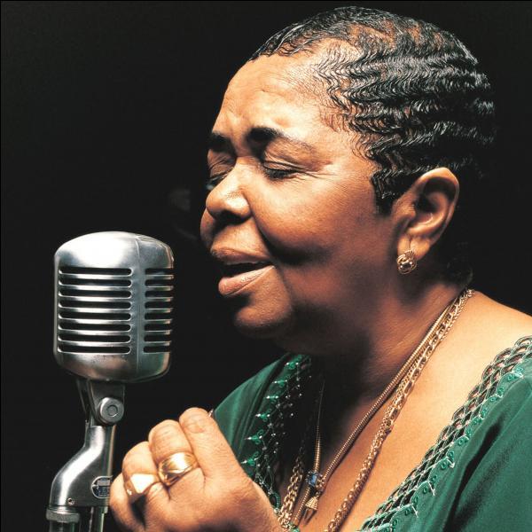 Stromae chante ''Ave Cesaria'' en hommage à Cesária Évora, une chanteuse...