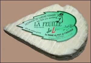 Une portion de fromage au lait cru entier de chèvre.