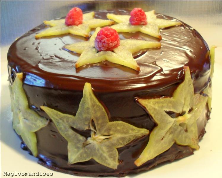 Outre les framboises, avec quels fruits est décoré ce merveilleux gâteau ?