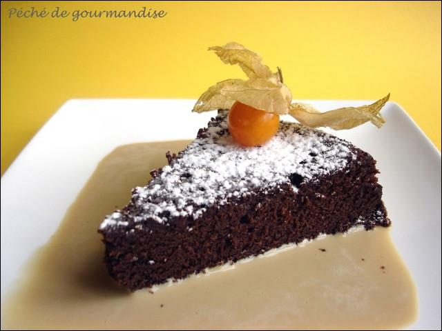 Quel fruit décore magnifiquement ce gâteau au chocolat ?