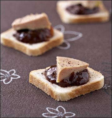 Quel fruit peut entrer dans la composition de ce confit sur lequel sont disposés les triangles de foie gras ?