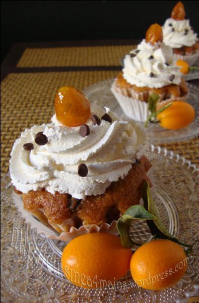 Quels fruits décorent magnifiquement ces desserts ?