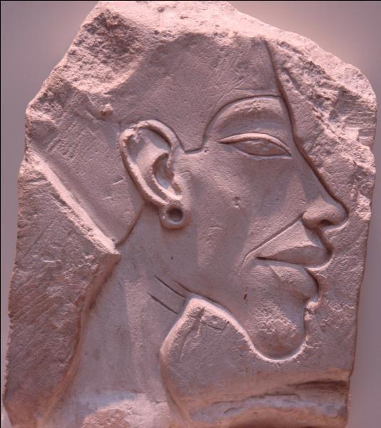 Qu'est-ce qui est carctéristique de l'art pratiqué sous Akhenaton et Néfertiti ?