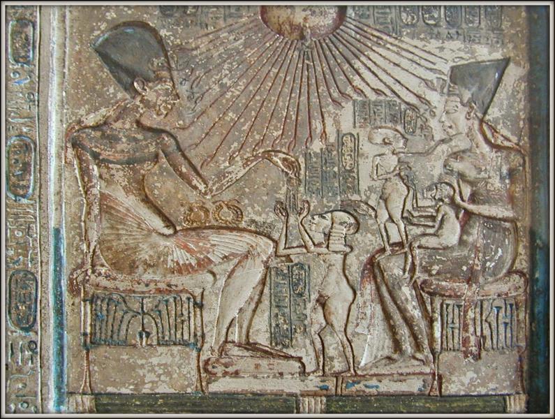 Néfertiti et Akhenaton tentent d'unir leur peuple autour de ce culte. Pour eux, Aton était le pourvoyeur de lumière, d'amour et le créateur de l'univers. Qu'est-ce qui montrait la bonté de ce dieu dans les gravures ?