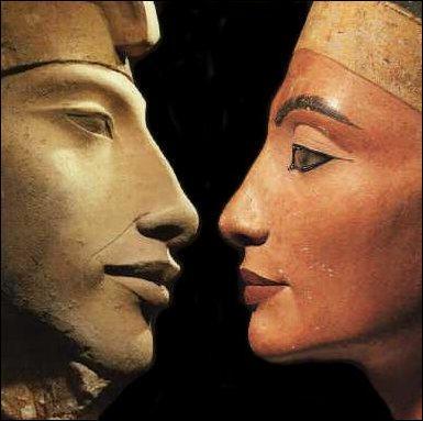 Ses origines sont incertaines. On la suppose fille d'un haut dignitaire appelé Aÿ. À la mort d'Aménophis III elle épousa :
