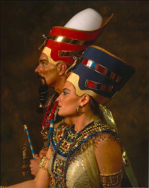 Celui-ci changera son nom en Akhenaton en référence au dieu Aton. Quel nom prendra alors Néfertiti ?