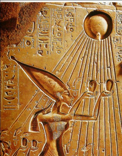 Akhenaton se mit à adorer le disque solaire et lui donna le nom d'Aton. Il accorda de moins en moins d'importance aux autres dieux. Quels intérêts représentait Aton ?