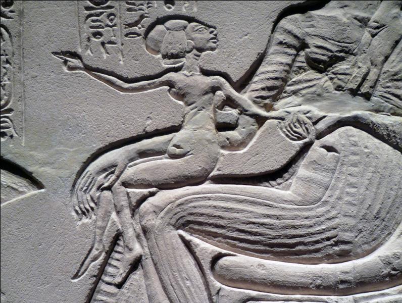 Aton représentait le dieu qui donne et entretient l'amour et la vie. Quelles scènes voit-on apparaître dans l'art qui, jusqu'à présent, étaient considérées comme trop intimes pour être montrées ?