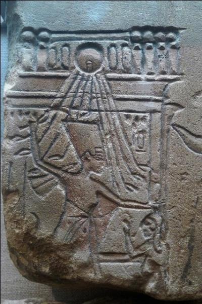 Comme leurs prédécesseurs, Aménhotep III et Tiyi, le couple royal se représentait toujours tous les deux dans les cérémonies. Mais plus encore, sur une gravure retrouvée, quelle scène montre l'influence de Néfertiti ? Celle où :