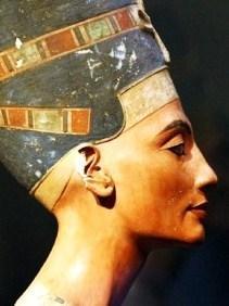 Néfertiti, la belle est venue, et Akhenaton