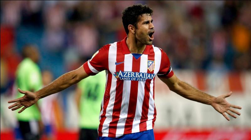 Contre quelle équipe a-t-il gagné sa place en attaque à l'Atlético Madrid en inscrivant un triplé ?