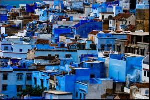 Ville marocaine de 35 709 habitants.Quand elle étincelle de toutes ses couleurs au soleil couchant ou levant, sertie entre les montagnes, c'est simplement magique.