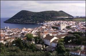 Ville de 35 402 habitants.Elle est portugaise, située sur la côte sud de l'île de Terceira. Admirez les balcons en fer forgé, les façades colorées et laissez-vous porter par l'animation de la population circulant dans les ruelles pavées.