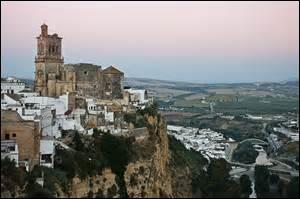 Ville frisant les 31 500 habitants. ¡Dios santo ! Promenez-vous dans cette ville andalouse dont les ruelles serpentent à flanc de rocher et ouvrent la vue sur le Guadalete ; étudiez-y l'art de la Renaissance espagnole, et revenez éblouis !