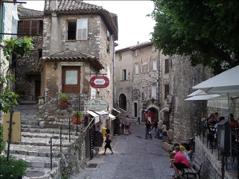 Quelle petite ville des Alpes-Maritimes fut chantée par Yves Montand ?