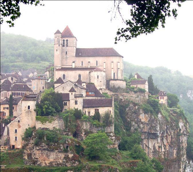 Comment s'appelle ce charmant petit village, l'un des plus beaux de France ?
