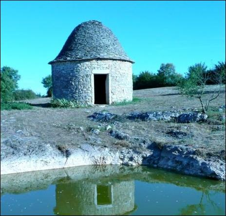 Comment se nomment ces petites constructions de forme circulaire et en pierres sèches qui émaillent, ici et là, les terres agricoles du Quercy ?