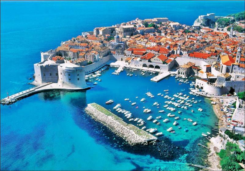 La petite cité croate de Dubrovnik (43 000 habitants) a été une république indépendante de 1358 à 1808, date de l'invasion napoléonienne. Quel était alors le nom de Dubrovnik ?