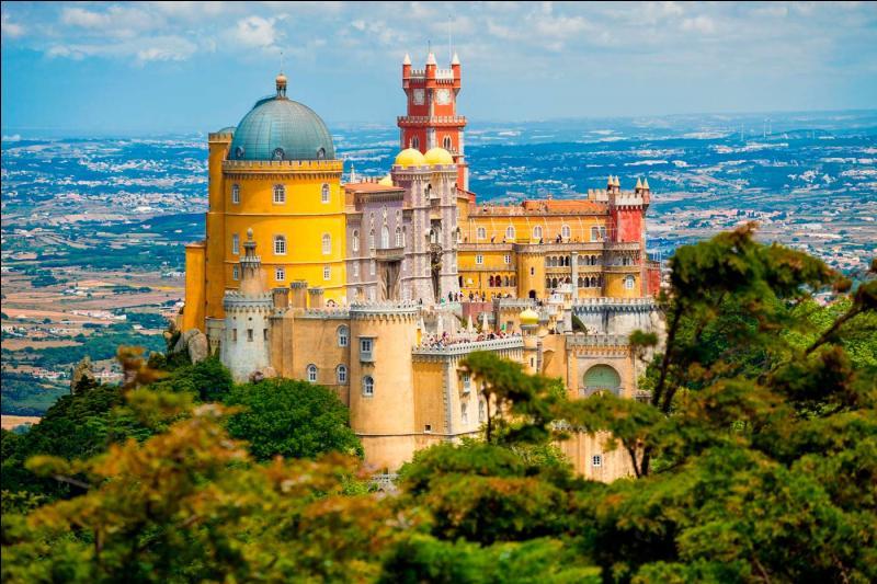 Sintra (33 000 habitants) possède l'un des paysages architecturaux les plus riches d'Europe avec ses nombreux châteaux et palais. Où cette ville est-elle située ?