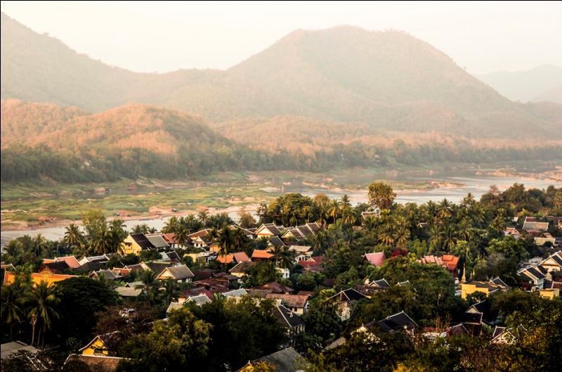 Luang Prabang (50 000 habitants) est l'ancienne capitale du Royaume du Million d'Elephants (Lan Xang). Par quel grand fleuve d'Asie cette ville laotienne est-elle traversée ?