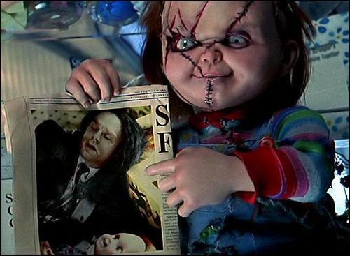 Chucky, tueur en série, est possédé par :