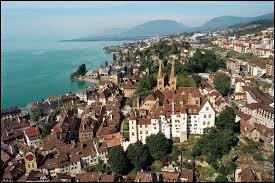 Cette ville se situe à l'ouest de la Suisse, et à quelques kilomètres de la frontière française. Quelle est cette ville ?