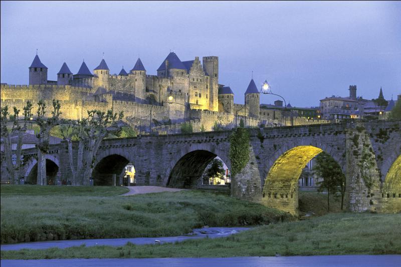 A peine plus de 47 000 habitants pour Carcassonne, ville réputée pour sa Cité médiévale, inscrite au patrimoine mondial de l'UNESCO. De quel département est-elle la préfecture ?