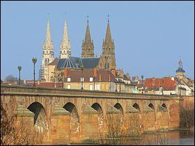 Quelle ville d'un peu moins de 19 000 habitants est la préfecture du département auvergnat de l'Allier ?