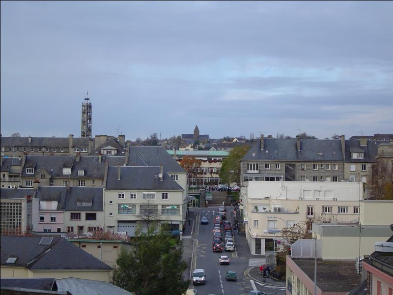 Saint-Lô est la préfecture de la Manche, mais avec moins de 20 000 habitants, elle n'est pas la ville la plus peuplée du département. Quelle est celle qui la devance avec un peu plus de 37 000 habitants ?