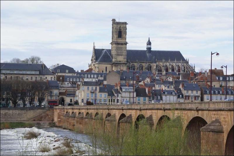 C'est dans cette préfecture de Bourgogne que Bernadette Soubirous est décédée en avril 1879. Quelle est cette petite ville qui compte un peu plus de 35 000 habitants ?