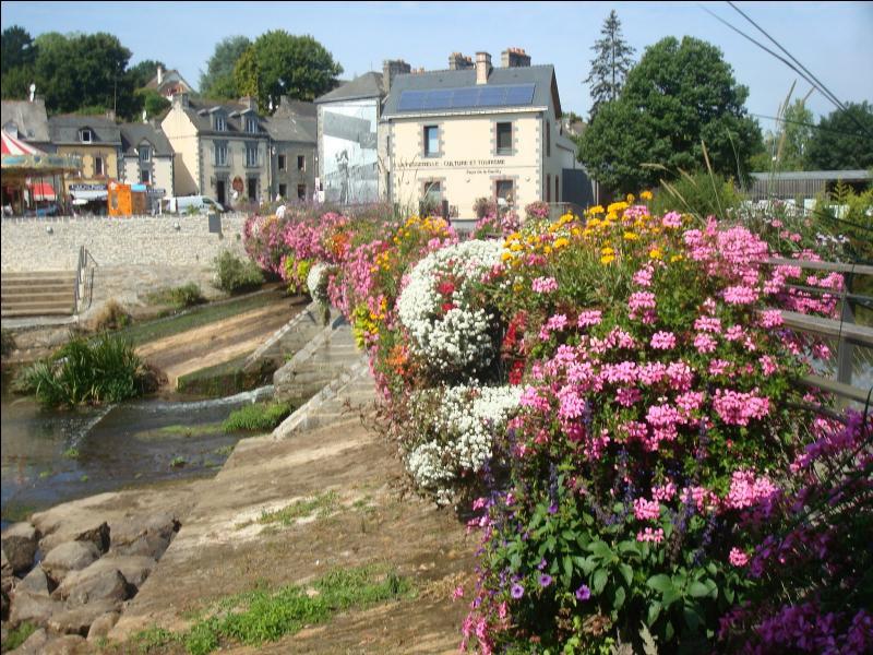 Commune du Morbihan accueillant le siège social d'un grand groupe français, je suis une des communes les plus fleuries de France, je suis :