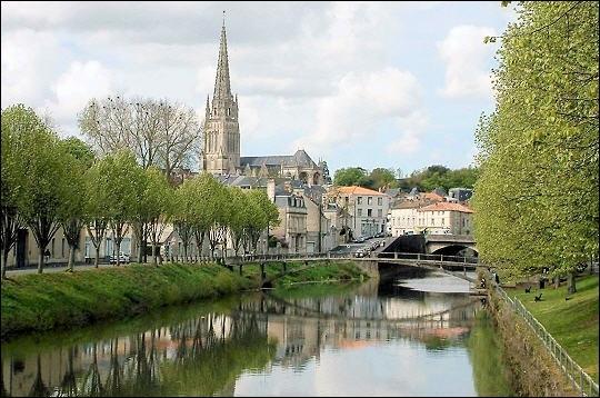 Je suis une commune de la Vendée et mes habitants sont les Fontenaisiens.Je suis une ville d'art au patrimoine architectural remarquable.Vous avez deviné le nom de cette ville :