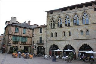 Étape du pèlerinage de Saint-Jacques-de-Compostelle, je suis une ville du Lot. Jean-François Champollion est né ici.Je suis :