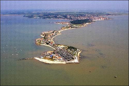 Un personnage de Fort Boyard porte mon nom.Je suis située en Charente-Maritime et j'ai été un centre de garnison dans le temps, quel est mon nom ?