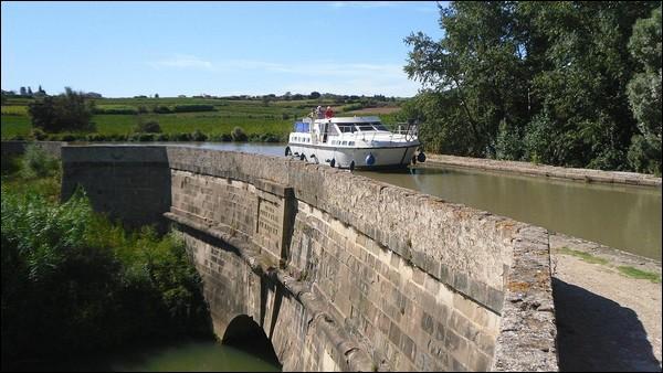 Ce pont canal de 90 mètres de longueur sur le Répudre a été construit en 1676dans le département de l'Aude à :