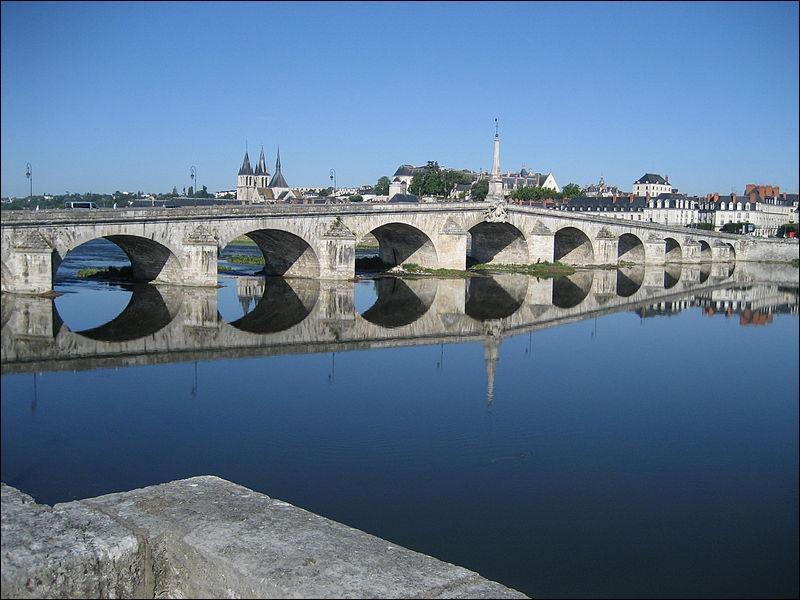 Le pont Jacques Gabriel de 283 mètres de long sur la Loire, construit en 1724est situé dans le Loir-et-Cher à :