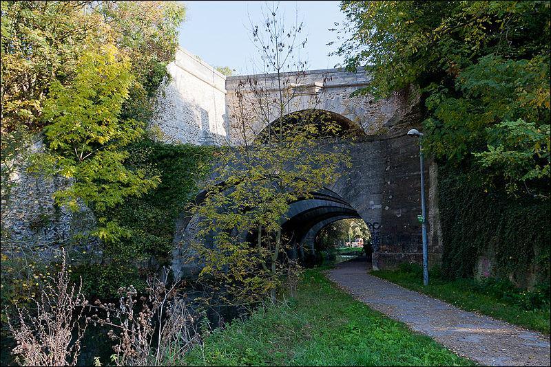 Le pont des Belles Fontaines construit en 1728, possède une arche principale et 7 arches secondaires, il traverse l'Orge dans l'Essonne à :