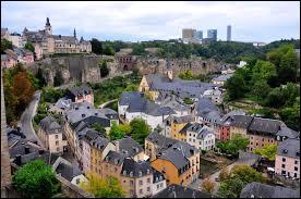 Je vous propose encore une ville européenne qui est réputée pour être toute petite, comme son pays. Elle n'est en effet pas très grande mais a tout de même une population d'environ 77 000 habitants. Qui est-elle ?