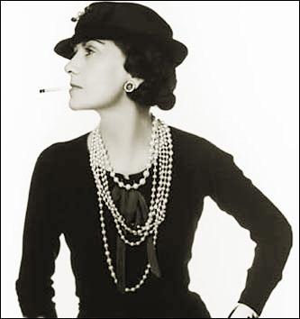 """""""Les années folles"""" de 1920 à 1929, représentent une période de bouleversement, d'appétit de vivre après la """"Grande Guerre"""". Les femmes veulent continuer à jouer un rôle dans la société. Les corps s'émancipent et les tenues se libèrent à l'image de cette grande couturière française qui est... !"""